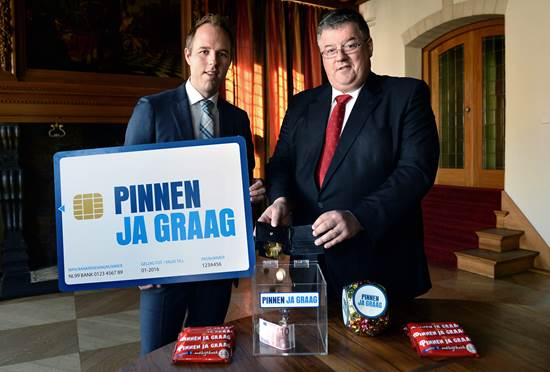 Burgemeester Bruls van Nijmegen llevert portemonnee in en gaat week lang pinnen
