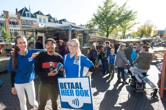 Uitreiking van de 100000ste betaalautomaat aan een ondernemer op de Leidsemarkt. voor Stichting Bevorderen Efficiënt Betalen