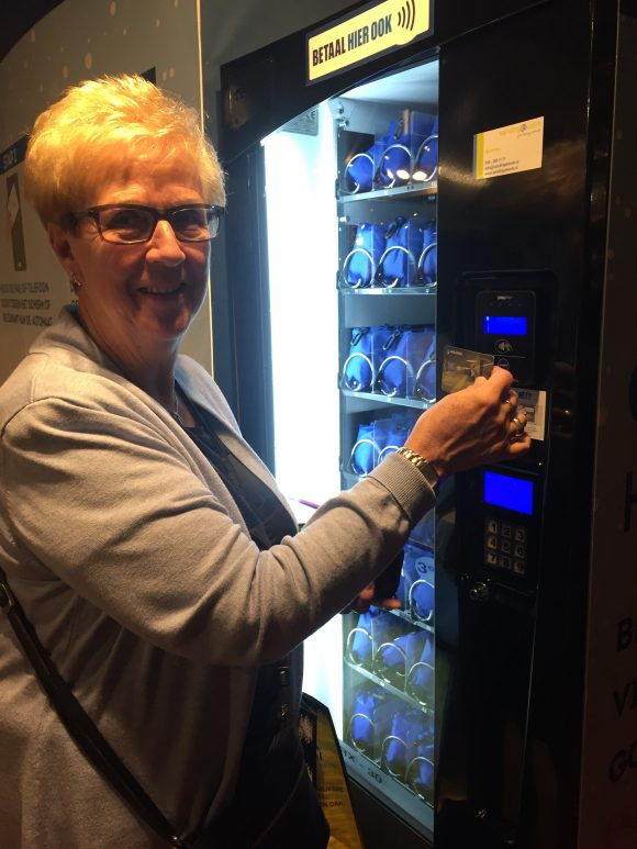 Nel den Haan uit Den Haag betaalt contactloos bij de tasjesautomaat op het Margriet Winter Festival